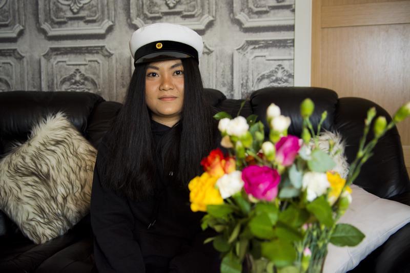 Valkolakki päähän. Thaimaasta kotoisin oleva Thanyarat Chatkaeo viettää tänään Nivalan lukiolla viimeistä ja samalla juhlallisinta koulupäiväänsä.