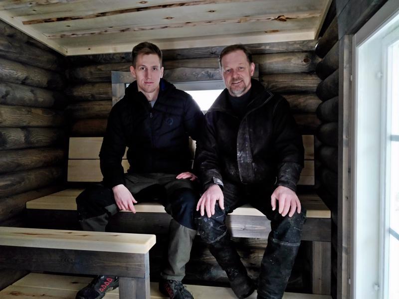 Jani ja Jari Broo sisustukseltaan päivitetyssä saunassa, lauteiden lisäksi katto on haapaa.