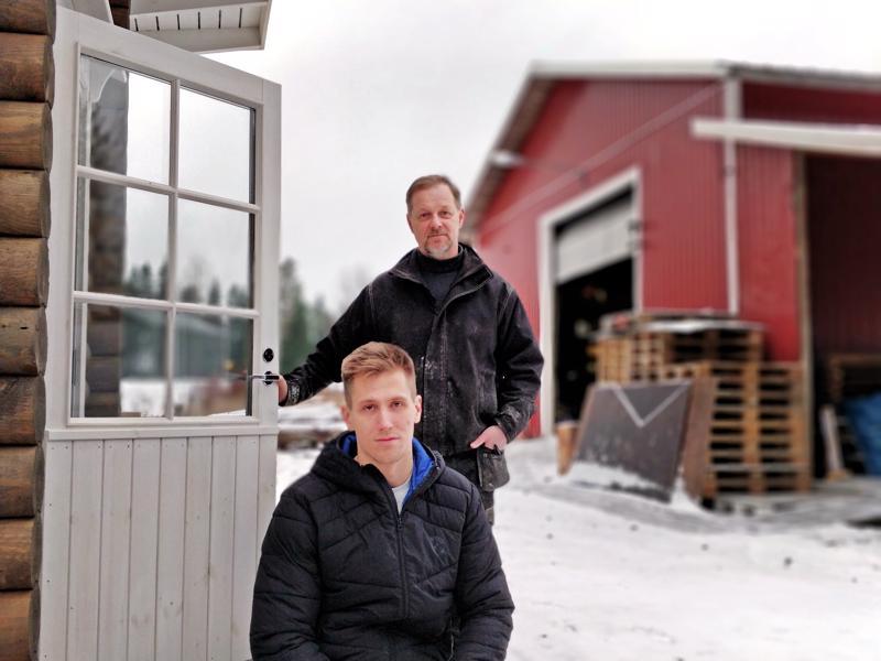 Jani ja Jari Broo saunan rappusilla, taustalla oman perhefirman Broowoodin puusepänverstas ja hirsisorvaamo.