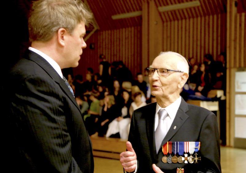 Erkki Laasanen puhuu rehtori Tero Lahtiselle Vetelin koululaisten itsenäisyyspäivän juhlan jälkeen.