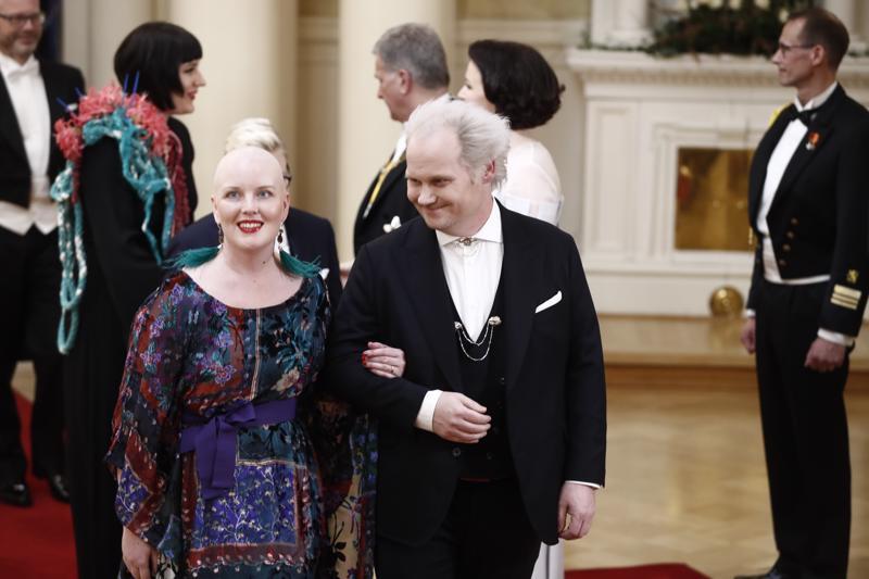 Suurella Journalistipalkinnon viime vuonna voittanut Jani Halme on näyttävä pari vaimonsa Helin kanssa.
