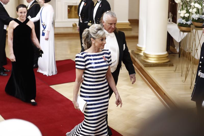 Kike Elomaan sinivalkoinen puku on tehty kierrätetyistä paidoista. Vierellä Kimmo Elomaa