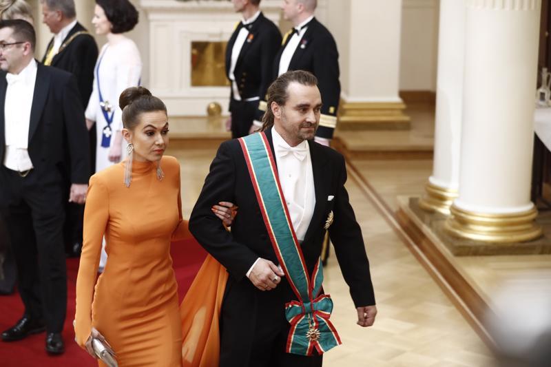 Sukeltajasankari Mikko Paasin vaimo Krista pukeutui hillittyyn oranssiin.