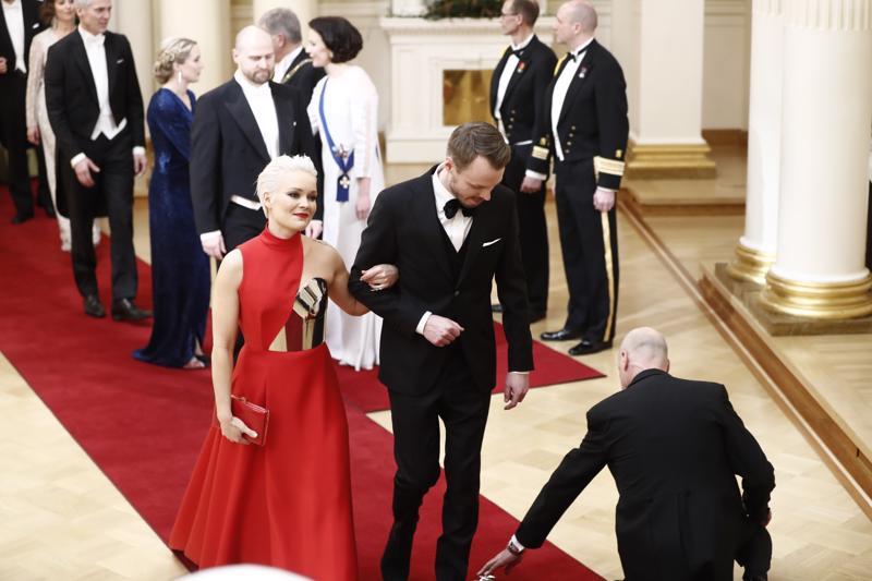 Anna Puun punaiseen pukuun yhdistetty haarniska on  illan mielenkiintoisimpia pukuja.