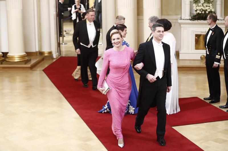 Uutisankkuri Piia Pasanen saapui pinkissä puvussa Tomi Einosen käsipuolessa.