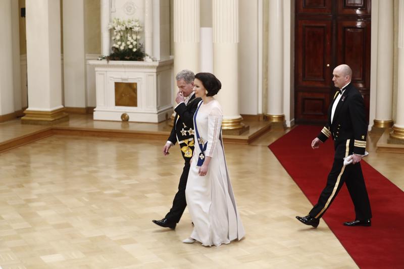 Presidenttipari vetäytyi hetkeksi lepäämään ennen toisen kättelyn alkua.