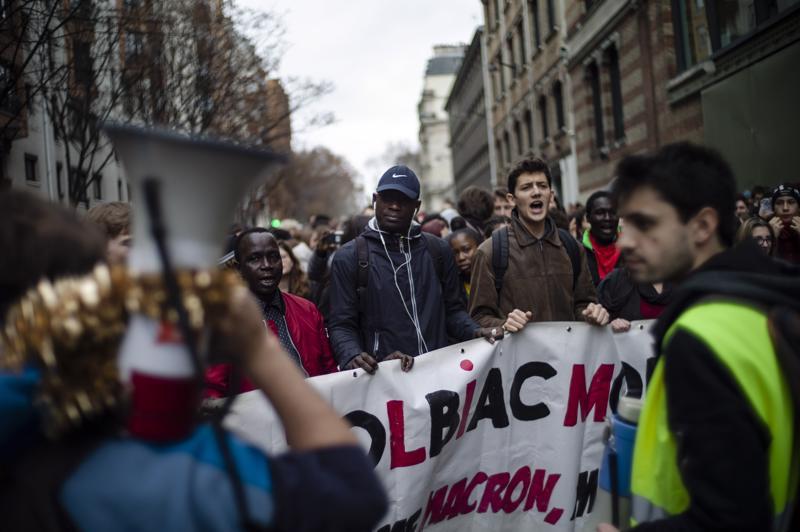 Lukiolaiset marssivat torstaina ympäri Ranskaa Macronin koulutusuudistuksia vastaan. Protestoijat estivät pääsyn 80 lukioon kasaamalla esimerkiksi roska-astioita ovien eteen.