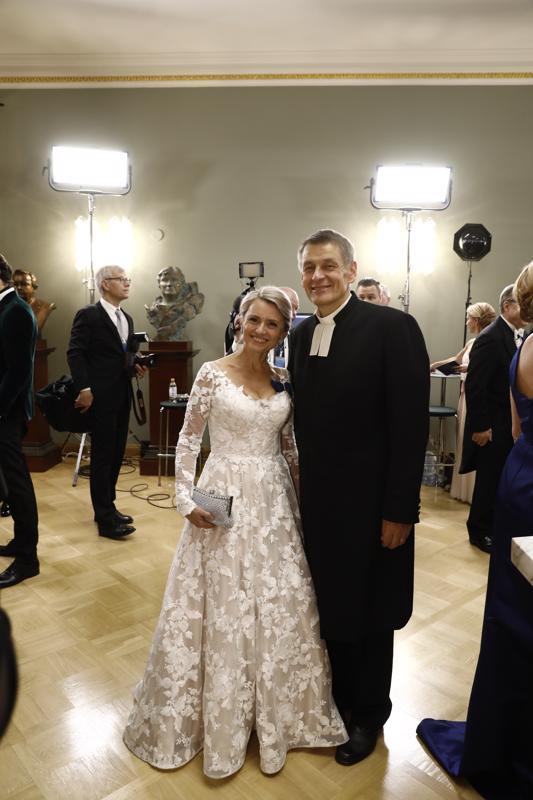 Päivi Räsänen kertoi pukunsa kuvaavan suomalaista talvea. Hän juhli aviomiehensä Niilo Räsäsen kanssa.