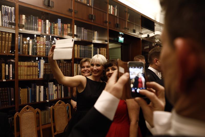 Laura Huhtasaari otti selfien.