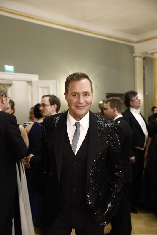 Jarkko Valtee säväytti juhlissa kimaltelevalla takilla.