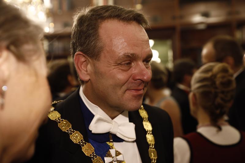 Jan Vapaavuorella riitti keskustelukumppaneita Linnan juhlissa.