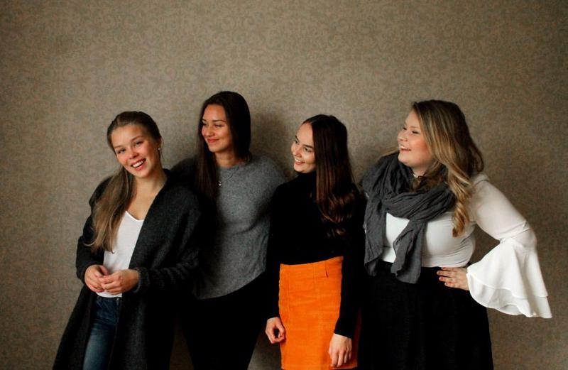 Haapaveden kamariorkesterin kanssa konsertoiva Heliä on neljän Oulussa musiikkikasvatusta opiskelevan nuoren naisen lauluryhmä. Ellen Kärkölä (vasemmalla) on kotoisin Haapavedeltä.