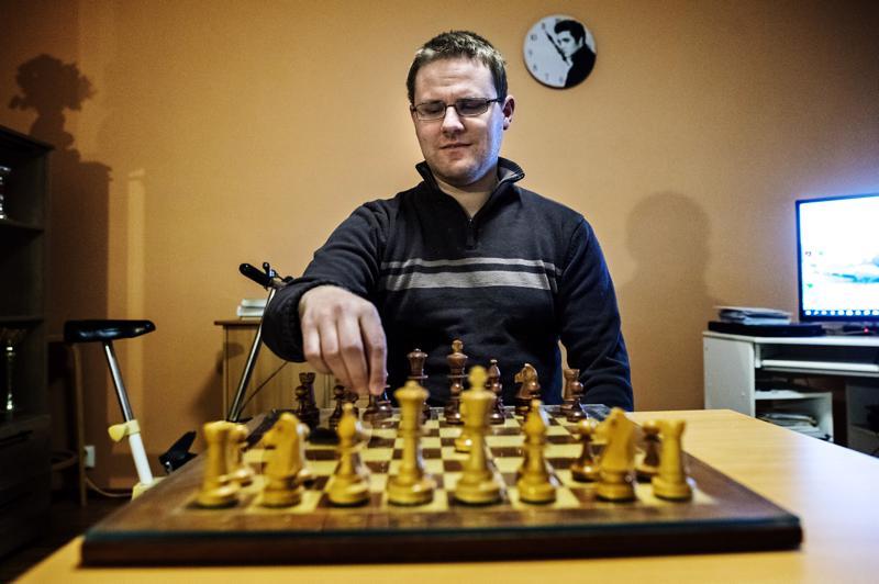 - Yleensä aloitan pelin siirtämällä jotakin keskimmäisistä sotilaista. Huonolla avauksella voi pelin hävitä jopa muutamalla siirrolla, joten pelin alkuvaihe kannattaa pelata tarkoin, kertoo shakkia parikymmentä vuotta harrastanut Eero Marjusaari.