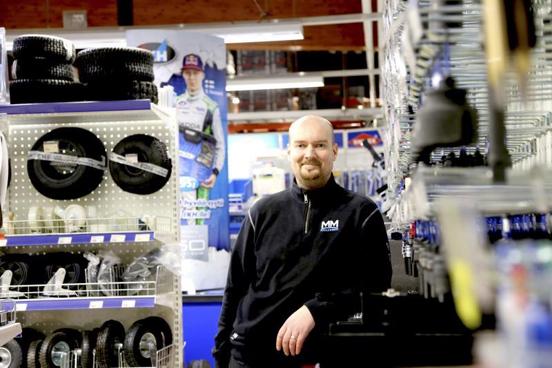Yhden miehen yrityksestä MM-Tools työllistää omistajayrittäjä Marko Mäkelän ja isänsä Jorman lisäksi neljä ulkopuolista työntekijää. Marko Mäkelän yritys palkittiin Kaustisen vuoden 2018 yrityksenä.