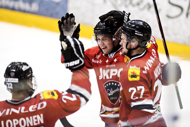 Henri Limma (kesk.) teki Hermeksen toisen maalin. Onnittelemassa Kalle Loponen ja Aleksi Nikko.