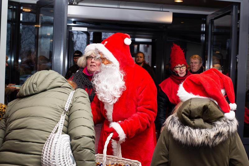 Joulupukki jakoi lapsille karkkia ja otti lahjatoiveita vastaan.