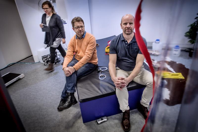 Kokkolan kaupunginteatterin johtaja Juha Vuorinen ja Seinäjoen kaupunginteatterin taiteellinen johtaja Chirstian Lindroos kertoivat tulevasta yhteistyöstä. Taustalla somettaa Seinäjoen teatterin tiedottaja Anna Valtari.