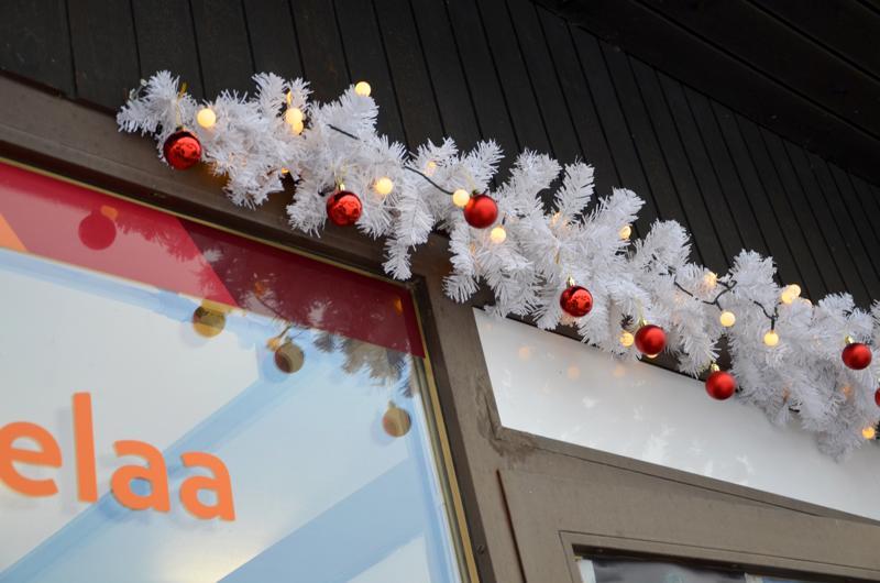 Joulukoriste riippuu jonkin perhonjokilaaksolaisen liikkeen oven yläpuolella. Mahtaako olla tuttu?