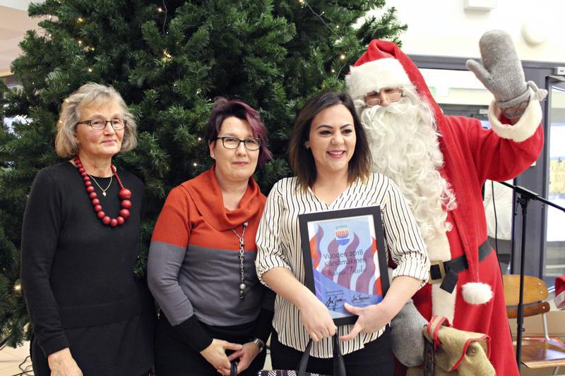 - Hannele (vas.) on minun mummoni ja Sisko (toinen vas.) äitini täällä, sanoo Itahisa Txasko. Valinta vuoden kärsämäkiseksi julkistettiin joulunavauksessa lauantaina.