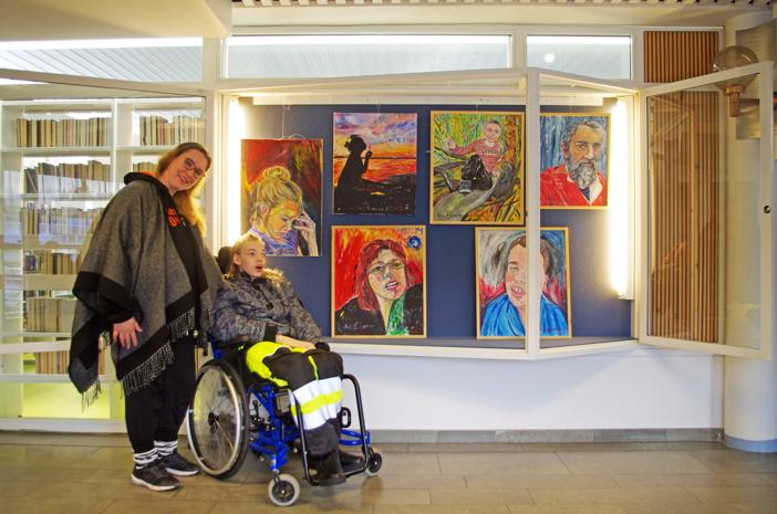 Kuvataiteilija Anu Elovaara ja hänen erityisen rakkaansa, poika Roni, joka on myös maalauksessa vasemmalla.