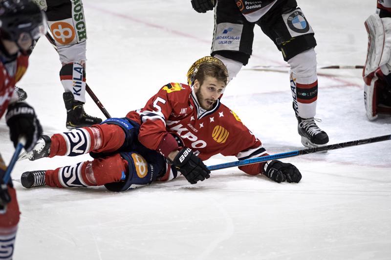 Samu Markkula oli viime kaudella mukana Hermeksen taaperruksessa. Nyt peli kulkee niin joukkueella kuin Markkulalla, joten jääkiekkoilu on taas mukavaa.