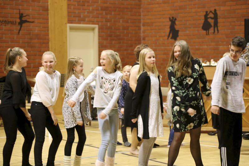 Lähes kaikki koululaiset nousivat penkistä, ja osallistuivat letkajenkkaan tanssimalla ja flossaamalla.