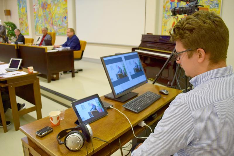 Videoalan yrittäjä Juho Vuolas videoi Haapajärven valtuuston kokoukset kaupungin nettisivuille.