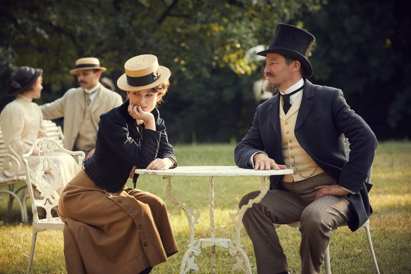 Colette – raikkain olet! Keira Knightley haamukirjailijana ja Dominic West tämän maineessa paistattelevana puolisona.