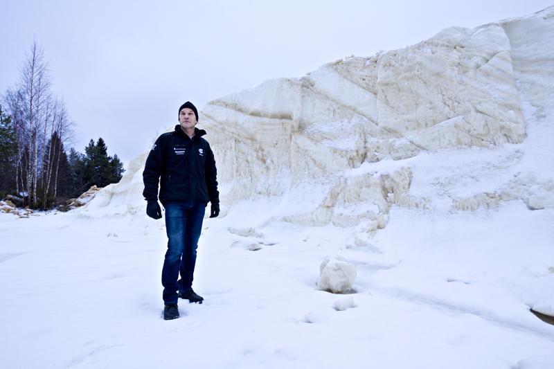 Kilpailunjohtaja Tapani Keskitalo tähyilee lumen perään. Varastoitua lunta on vielä jäljellä, muttei riittävästi maakuntaviestin järjestämiseksi.