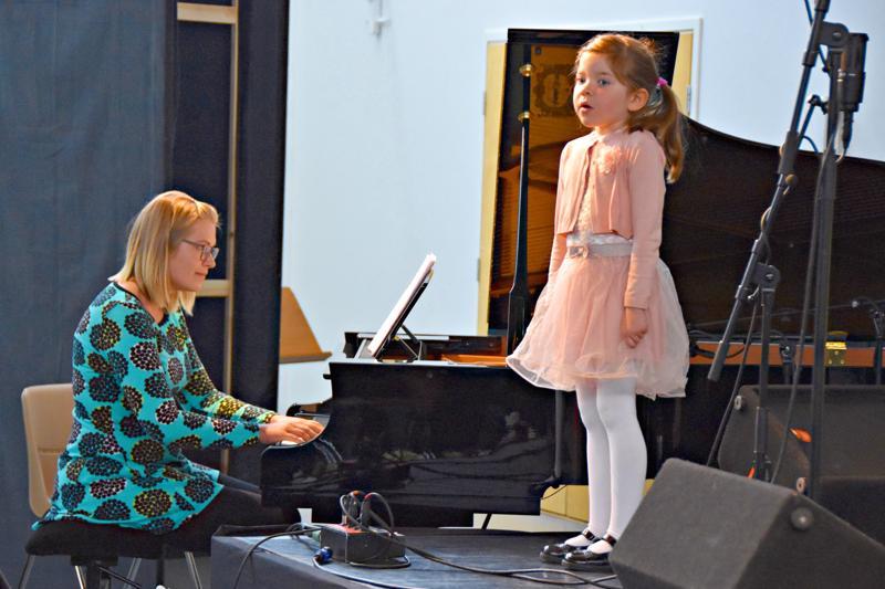 Nettilähetyksien avulla toivotaan konsertteihin yleisöksi myös ihmisiä, jotka eivät pääse paikalle. Kuva Jokilaaksojen musiikkiopiston 50-vuotisjuhlakonsertista Haapavesi Folkeilla viime kesänä. Elina Jääskelä säestää Fanni Kurraa.