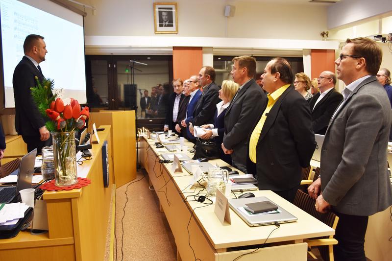 Haapaveden kaupunginvaltuusto joutuu päättämään ensi vuonna monista uusista säästötoimista. Vuoden viimeinen kokous päätettiin perinteisesti Maa on niin kaunis -laululla.
