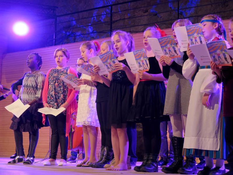 Kalaaseissa nähtiin ohjelmaotteita juhlavuoden tapahtumista. Lapsikuoro esitti Kaustisen laulajaisissa kuultuja kappaleita.