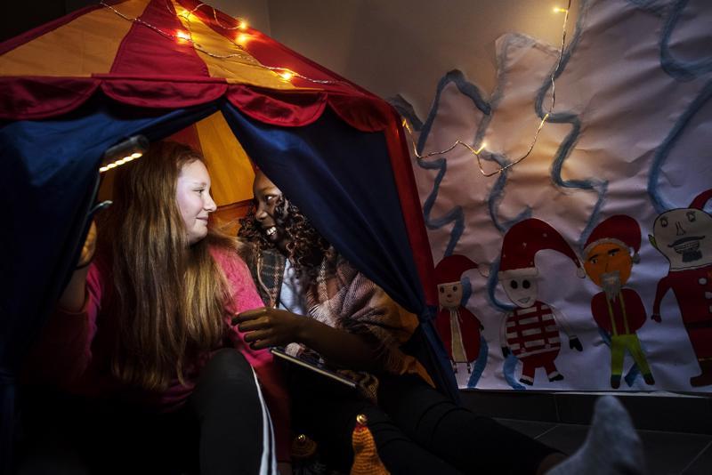 Tara Pulkkinen ja Laura Wegye ovat olleet muiden kuudesluokkalaisten tavoin rakentamassa Koivuhaan koulun käytävälle lukunurkkausta. Tytöt ovat innoissaan työpajoista, mutta eniten he odottavat kuudesluokkalaisten yhteistä lauluesitystä.