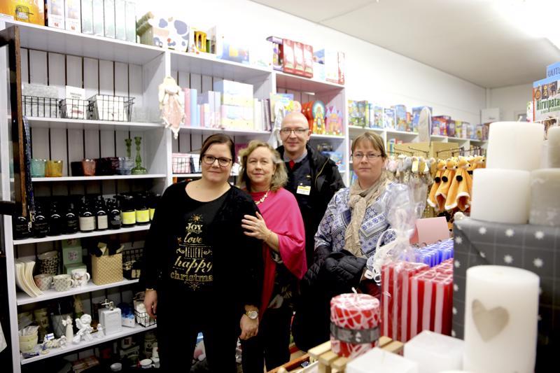 Nina Meriläinen, Hannele Viiperi, Janne Kalliokoski ja Satu Dalhem toivovat, että toteutettu joulusisustus muistuttaisi paikallisten kauppojen olemassaolosta.