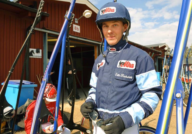 Uppsalan lähelle Julmyran valmennuskeskuksessa hevosiaan valmentama Ville Karhulahti ohjasti arvokkaan voiton Bergsåkerin V75-raveissa lauantaina.
