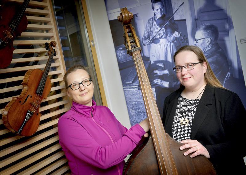 Silja Heikkilä (vas.) ja Ira Korkala aikovat viedä Kaustisen kansanmusiikkijuhlia pelimannien jalanjäljissä kohti seuraavaa vuosikymmentä.