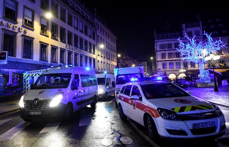 Suosituilla Strasbourgin joulumarkkinoilla oli varauduttu pahimpaan ja kaupungin keskusta-alueelle pääsi vain turvatarkastusten läpi. Ranskan poliisi tutkii ampumista terroritekona.