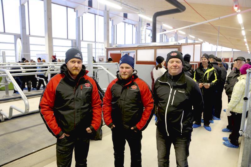 Markus, Tuomas ja Mauri Pulkkisen uuden pihattonavetan avoimet ovet kiinnostivat kyläläisiä ja maatalousyrittäjiä kauempaakin. Navetta on laajennettavissa sivulle.
