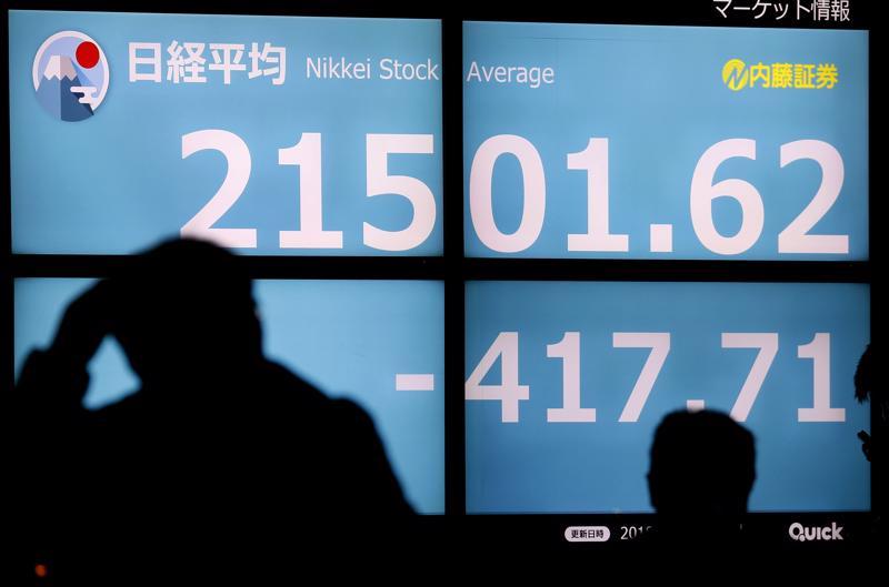 Jalankulkijat ohittivat Tokion Nikkei-pörssin informaatiotaulun viime torstaina. Kiinalaisen Huawei-yhtiön johtajan pidätys Kanadassa on vaikuttanut pörsseihin ja lisännyt pelkoja kauppasodan kovenemisesta.