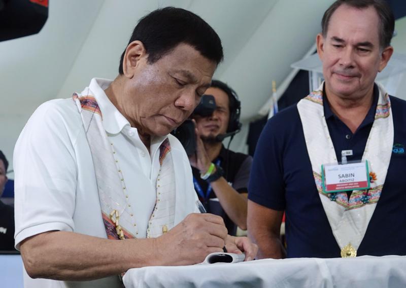 Filippiinien presidentti Rodrigo Duterte (vas.) aikoo jatkaa huumeiden vastaista sotaansa koko virkakautensa ajan.
