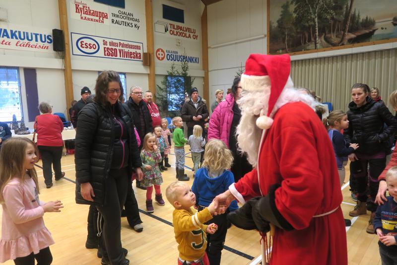 Joulupukki tervehti lapsia nuorisoseuralla.
