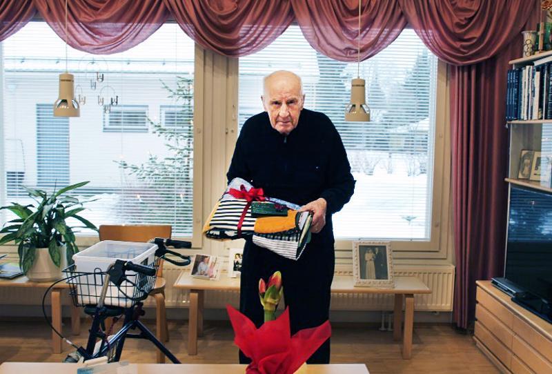 Pentti Keskikuru sai Raumankarin oppilaiden valmistaman tilkkutäkin lahjaksi.