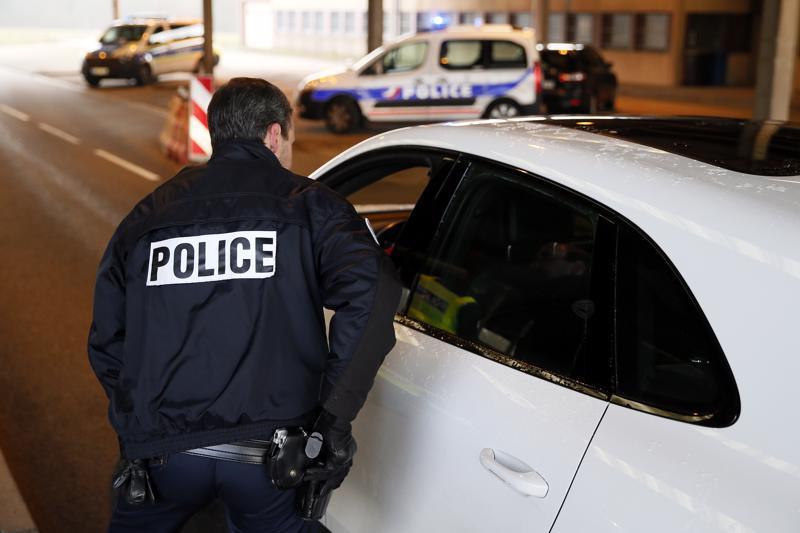 Ranskan ja Saksan poliisit suorittivat tarkastuksia maiden välisellä rajalla Strasbourgin iskun jälkeen Ranskan Lautenbourgissa keskiviikkona.