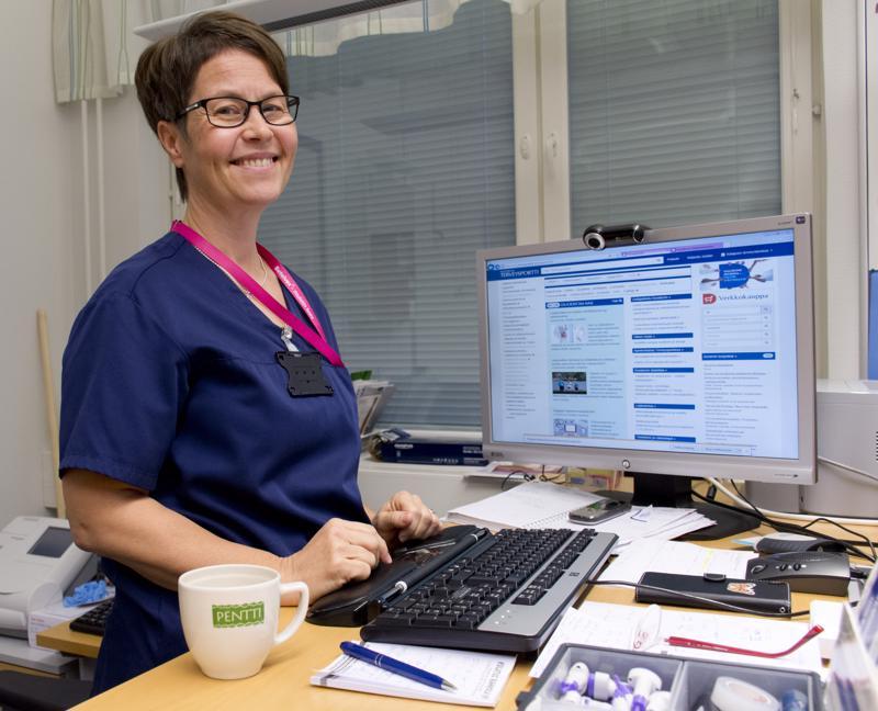 Seija Pentti pyrkii seisomaan työpöytänsä ääressä mahdollisimman paljon. Sari Passoja-Verronen