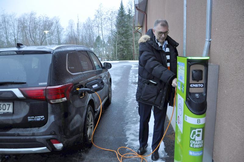 Latauspisteellä. Toholammin Osuuspankin seinään asennettiin Fortumin sähköautojen latauspiste marraskuun lopussa. Yksi käyttäjistä on toimitusjohtaja Juha Pajumaa.