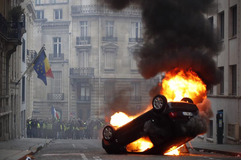 Pariisissa palava auto ja vihainen väkijoukko.  Meidän on huolehdittava, että täällä yhteiskunnan eriarvoistumista vastaan taistellaan yhdessä joka päivä, jotta kenenkään ei tarvitse lähteä vihassa kadulle.
