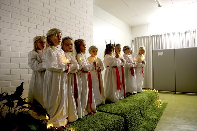 Lucia ja neidot ottivat varaslähdön juhlaan keskiviikkoiltana Vetelissä.