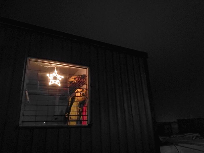 Pimeydessä loistaa tähti. Vinkkinä kerrottakoon, että kyseessä on työmaaparakki. Mutta mikä ja missä?