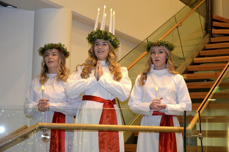 Lydia Forsberg, Cassandra Sarin ja Irene Vidjeskog aloittivat Lucian päivän tutuilla lauluilla.