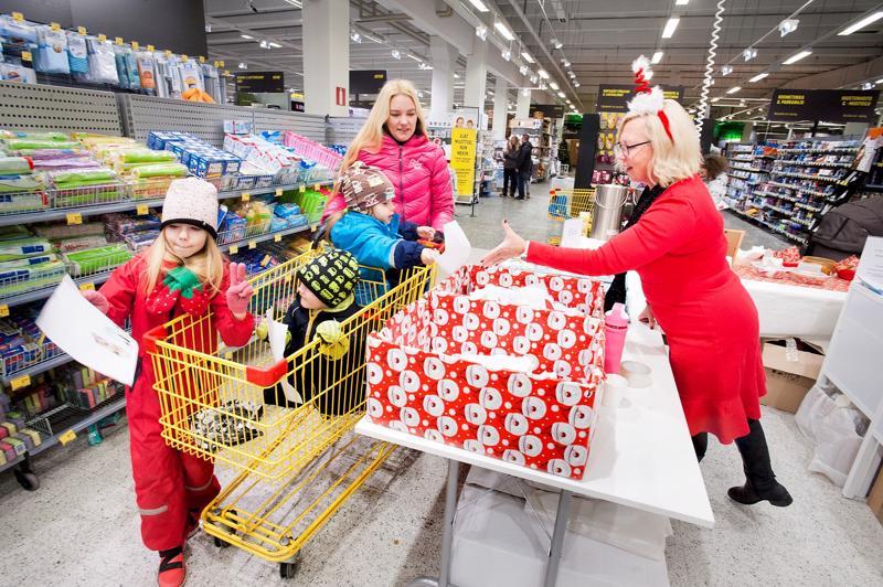 Heidi Hautalan lapset Juulia (vas.), Jyri ja Roope palauttivat joulupiirustukset Kokkolan HalpaHalliin.